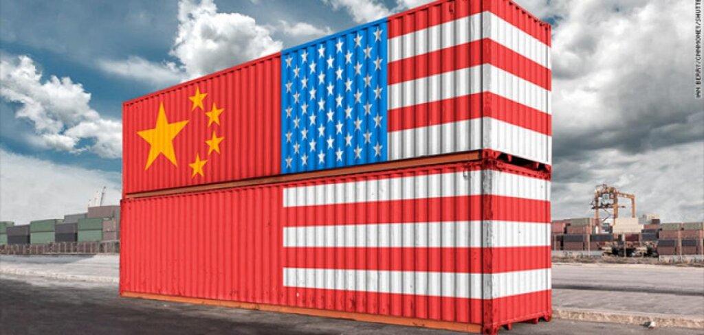 Carico merci con bandiere della Cina e degli Usa
