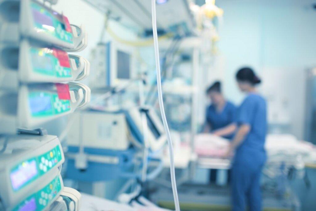 Medici e infermieri in terapia intensiva