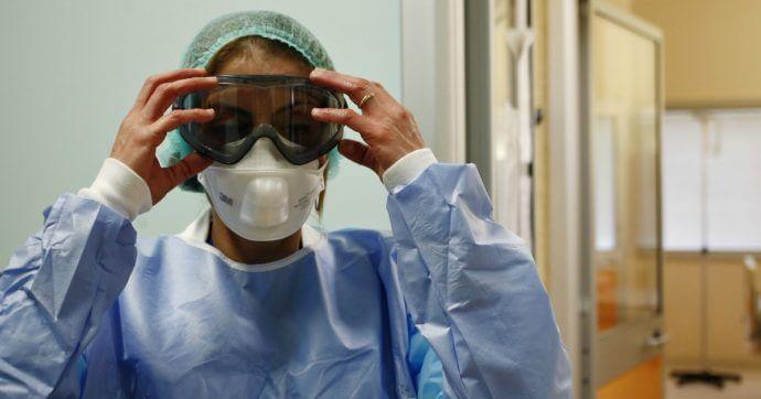 Medico indossa dispositivi di protezione anti Covid-19