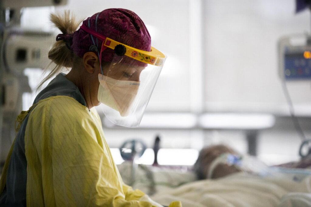 Covid, infermiera a lavoro accanto a paziente Covid
