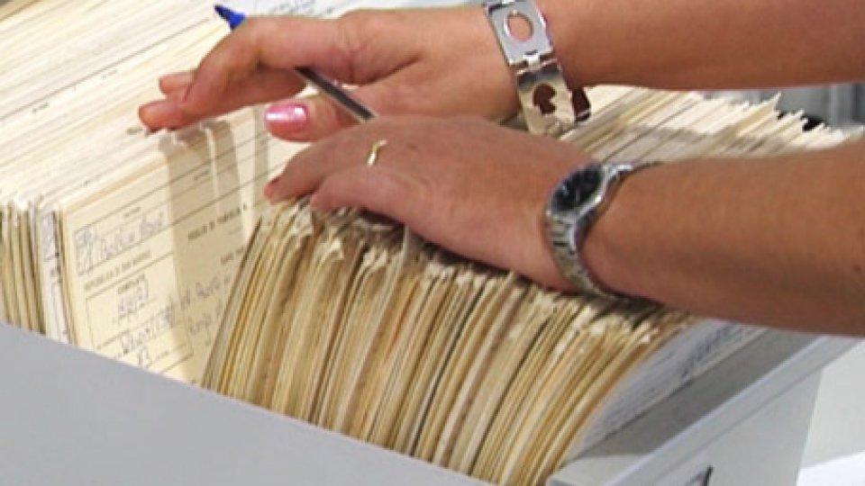 Mani di persona che cerca cartelle in archivio