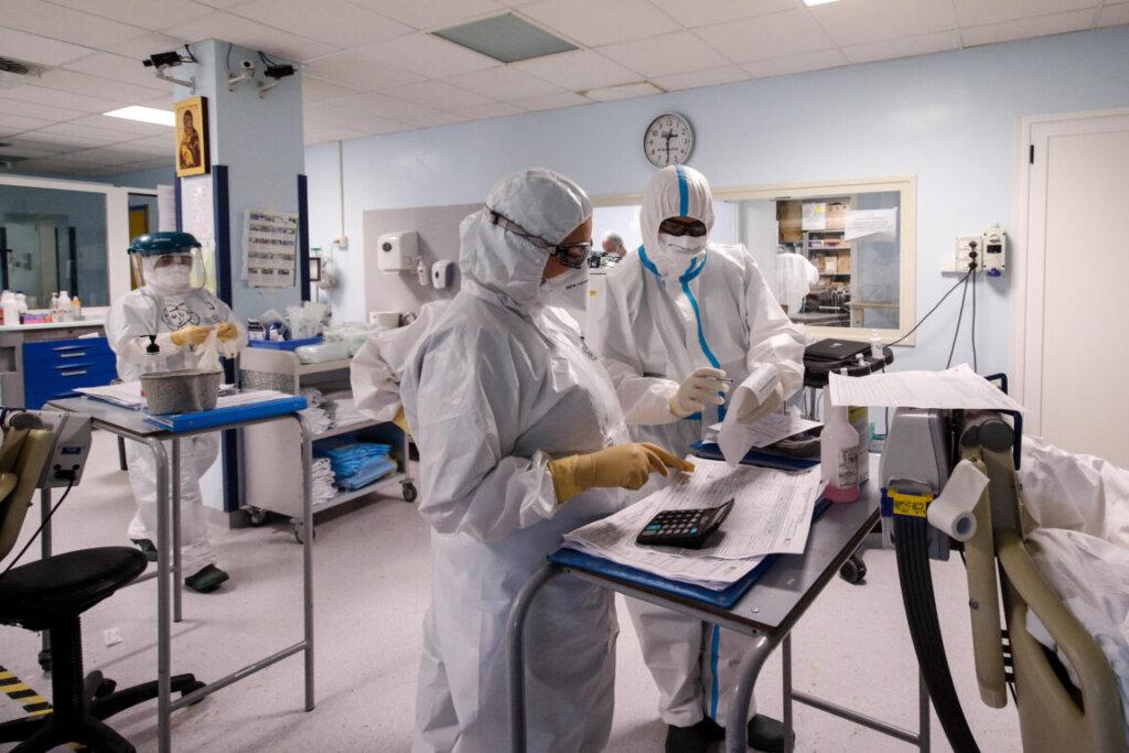 Medici con dispositivi di protezione individuale in reparto Covid