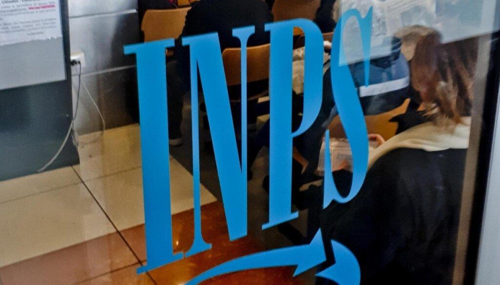Logo dell'Inps su vetrata