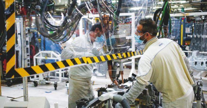 Operai a lavoro in fabbrica