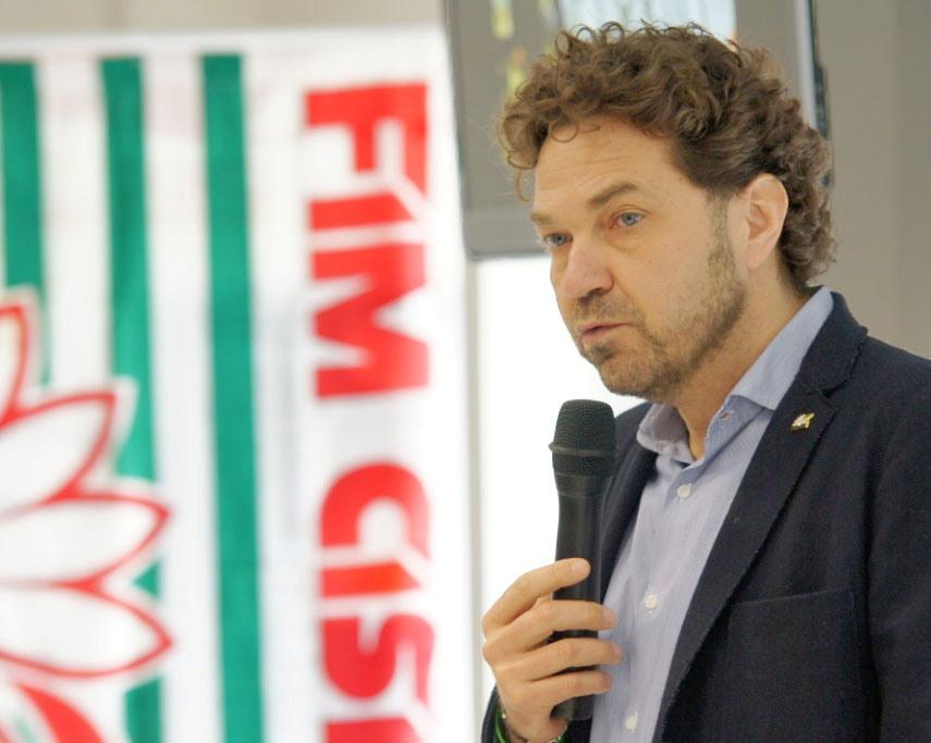 Massimiliano Nobis con il microfono in mano