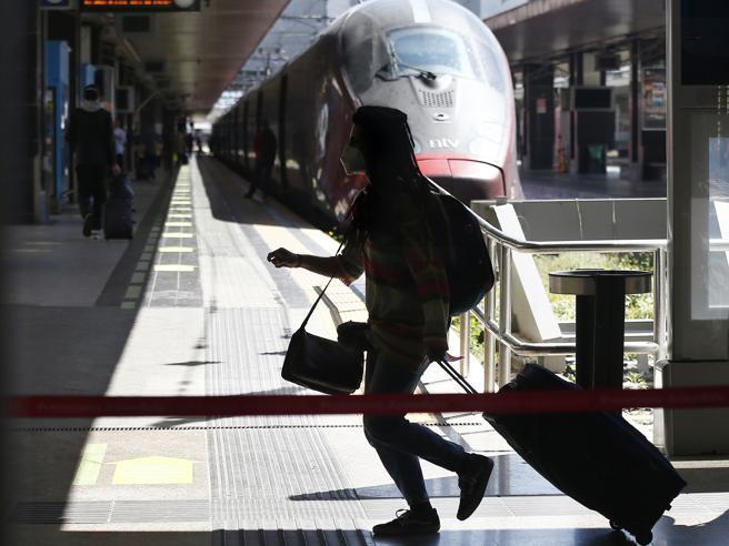 Persona con valigia in stazione