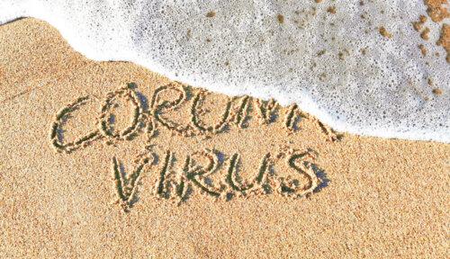 """Spiaggia con scritta """"coronavirus"""""""