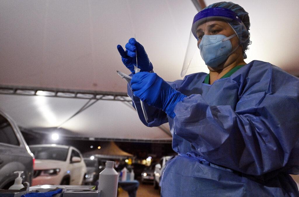 Medico con dpi prepara tampone anti-Covid in una foto