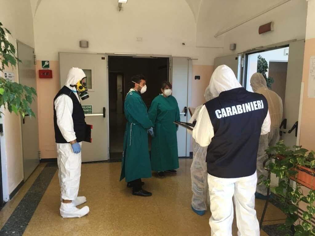 carabinieri con dpi e medici in corsia