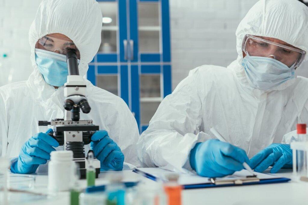 Due ricercatori mentre sutdiano vaccino in laboratorio