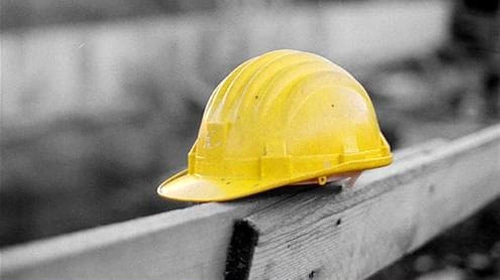 Casco di un operaio in un cantiere in una foto