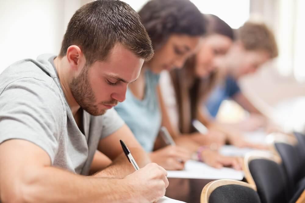 Quattro ragazzi seduti mentre studiano
