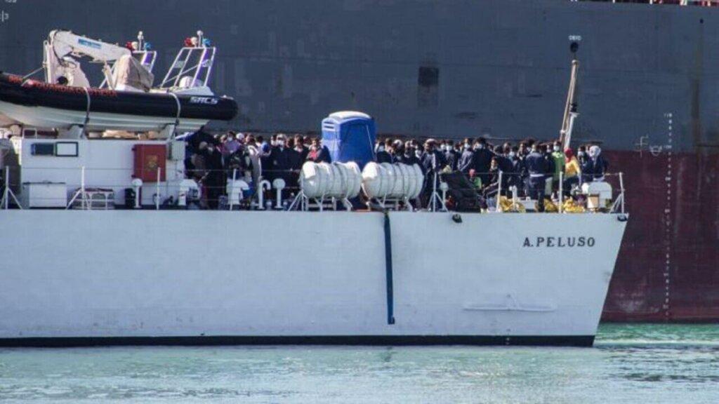 Gruppo di migranti su una barca