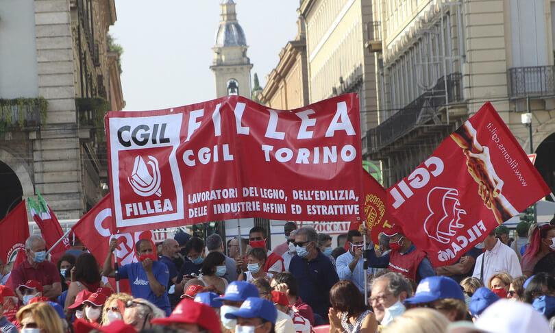 Bandiere Cgil durante una mobiltazione