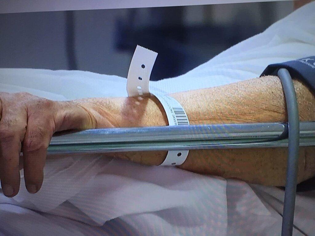 Un anziano ricoverato in un ospedale
