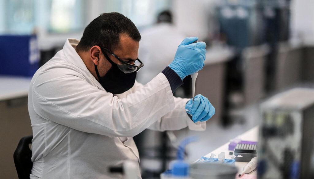 Ricercatore in laboratorio al lavoro in una foto