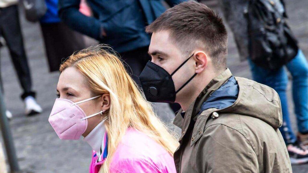 Uomo e donna con mascherine